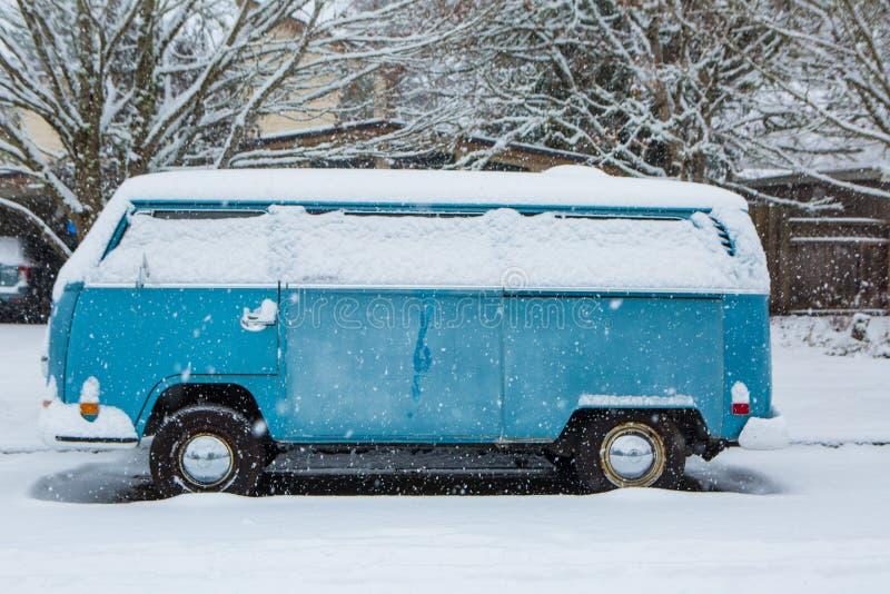 3 de enero de 2017 Eugene Or: Un autobús micro de VW se entierra en una manta de la nieve fotografía de archivo