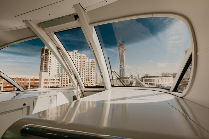 3 de enero de 2019 Fotografía de la isla de palma de Dubai vista por dentro del tren, United Arab Emirates fotografía de archivo