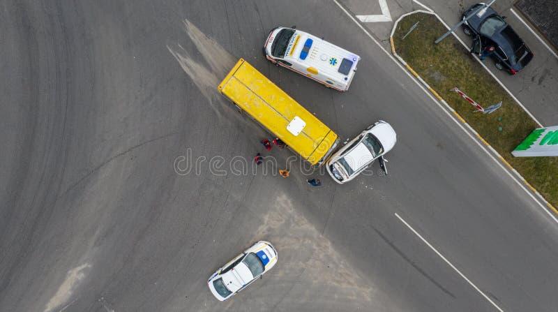 23 de enero de 2020 Ucrania, Kiev: accidente de carretera, coche y autobús imagen de archivo
