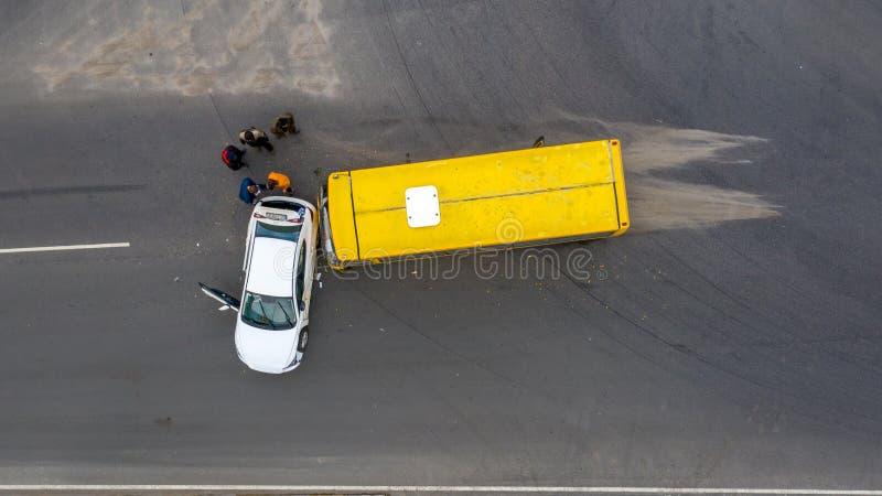 23 de enero de 2020 Ucrania, Kiev: accidente de carretera, coche y autobús fotografía de archivo libre de regalías