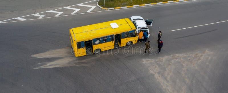 23 de enero de 2020 Ucrania, Kiev: accidente de carretera, coche y autobús fotografía de archivo