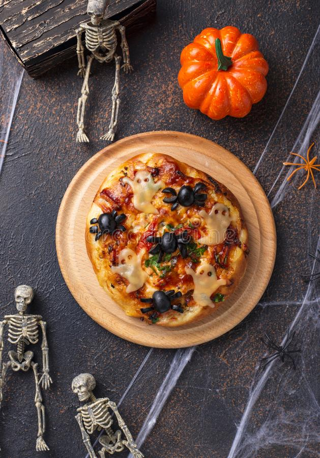 De enge pizza verfraaide spoken van Halloween royalty-vrije stock fotografie