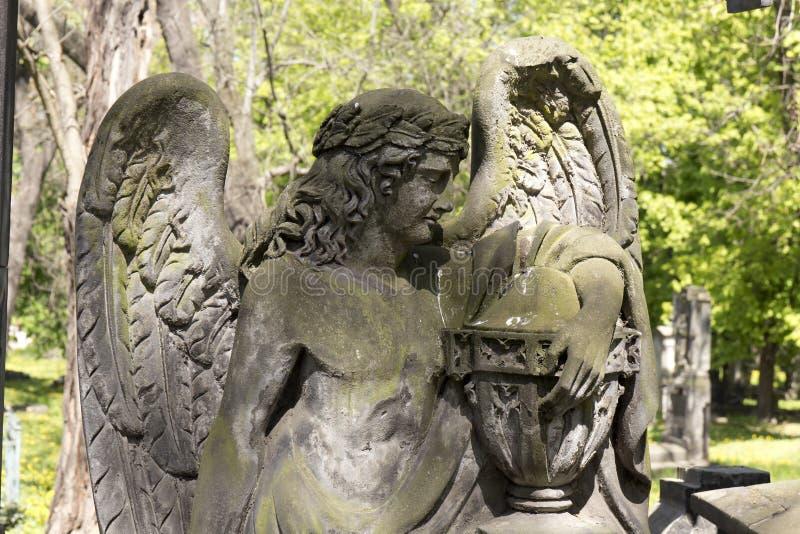 De Engel van de de lentegeheimzinnigheid oude Begraafplaats van Praag, Tsjechische Republiek stock fotografie