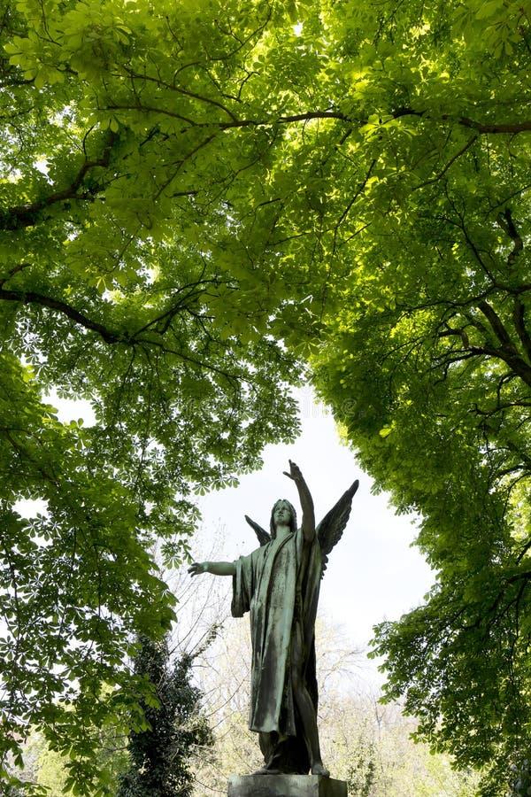 De Engel van de de lentegeheimzinnigheid oude Begraafplaats van Praag, Tsjechische Republiek royalty-vrije stock afbeelding