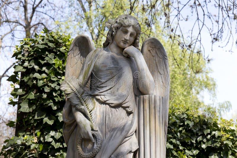 De Engel van de de lentegeheimzinnigheid oude Begraafplaats van Praag, Tsjechische Republiek royalty-vrije stock foto's