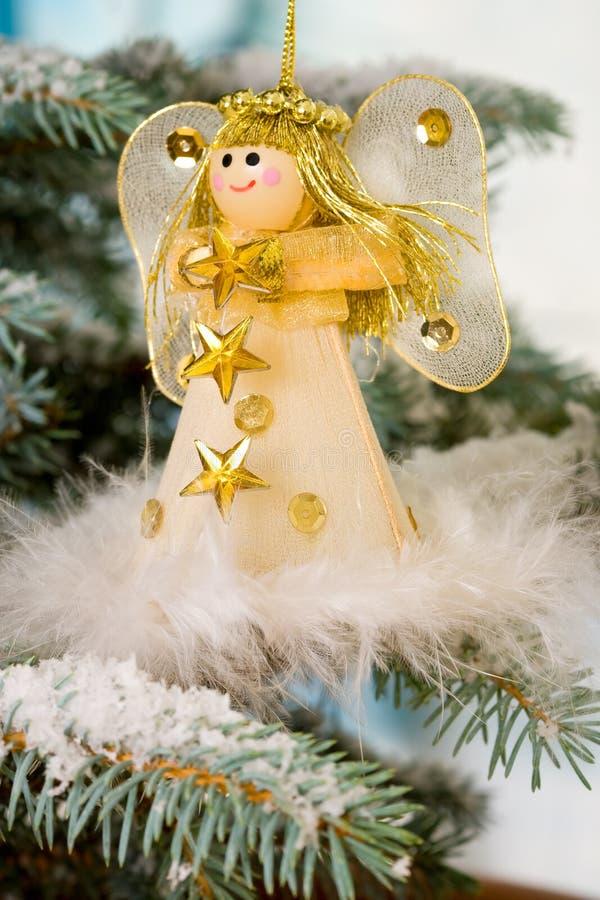 De Engel van Kerstmis op een sneeuwboom stock fotografie