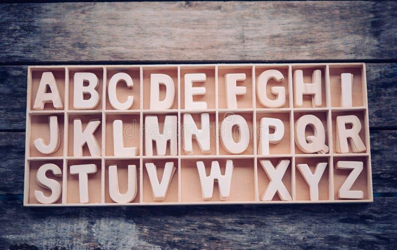 De Engelse brieven worden in alfabetische volgorde geplaatst in een houten vakje royalty-vrije stock foto