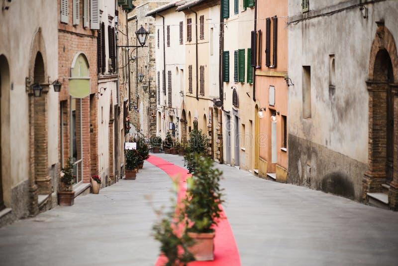 De engte europen strret met Kerstmisdecoratie stock foto's