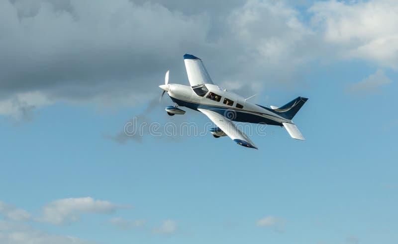De enige landende vliegtuigen van schroefturbinevliegtuigen royalty-vrije stock foto's