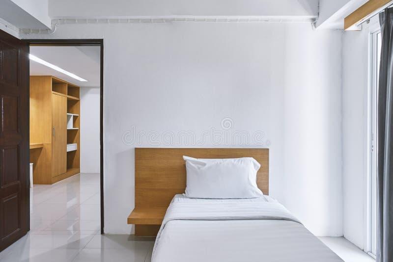 De enige spot van de slaapkamerbinnenhuisarchitectuur omhoog voor hotelflat royalty-vrije stock afbeelding