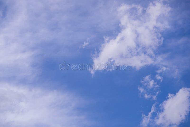 De enorme blauwe hemel en van de wolkenhemel achtergrond met uiterst kleine wolken stock foto's