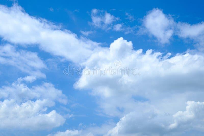 De enorme blauwe hemel en de wolken royalty-vrije stock foto