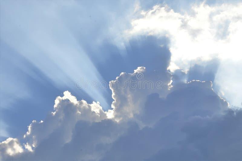 De enorme blauwe hemel en wolkenhemel royalty-vrije stock afbeelding