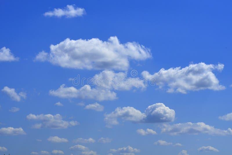 De enorme blauwe hemel en wolkenhemel stock afbeeldingen