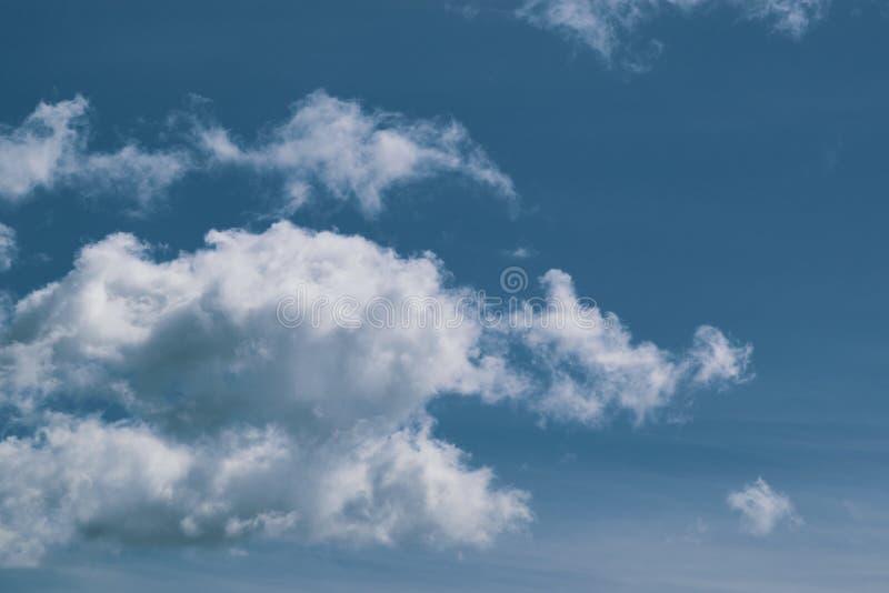De enorme blauwe hemel en wolkenhemel stock foto