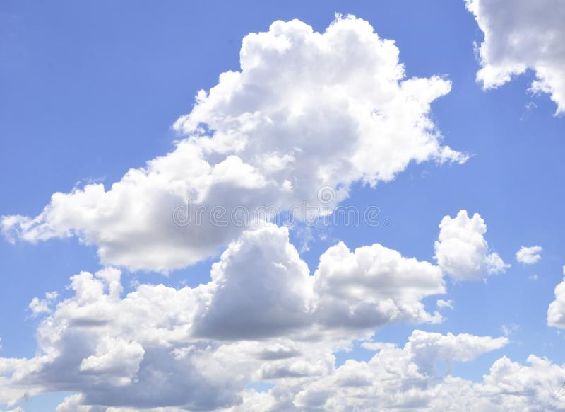 De enorme blauwe hemel en wolkenhemel Blauwe hemelachtergrond met uiterst klein royalty-vrije stock fotografie