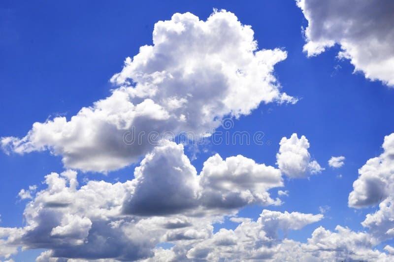 De enorme blauwe hemel en wolkenhemel Blauwe hemelachtergrond met uiterst klein royalty-vrije stock foto