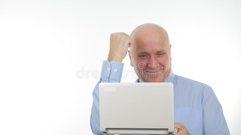 De enthousiaste Zakenman Use Laptop voor Mededeling en gesticuleert Gelukkig royalty-vrije stock afbeelding