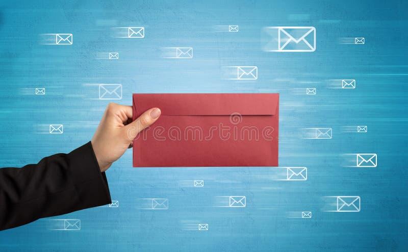 De envelop van de handholding met bericht rond symbolen stock fotografie