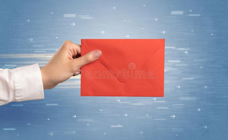 De envelop van de handholding met rond pijlen royalty-vrije stock foto