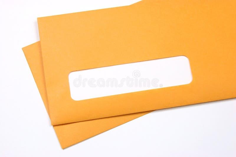 De enveloppen van Manilla over wit stock foto's