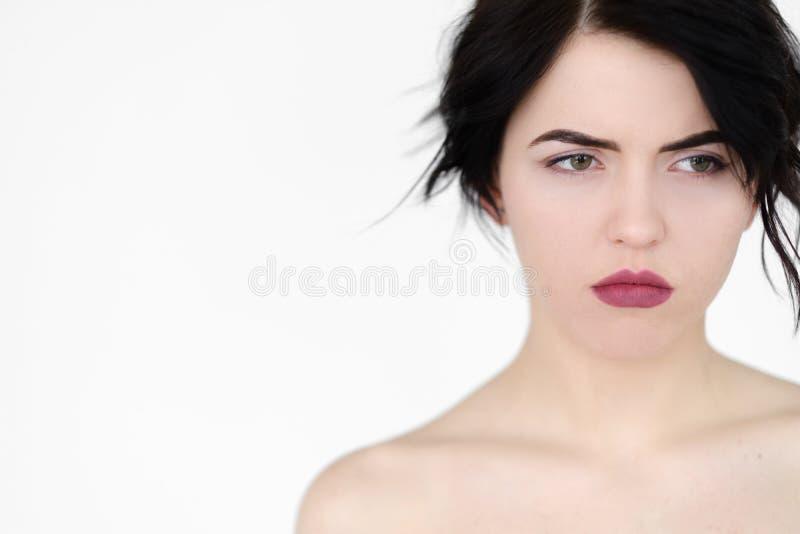 De ernstige geconcentreerde nadenkende vrouw van het emotiegezicht stock afbeeldingen
