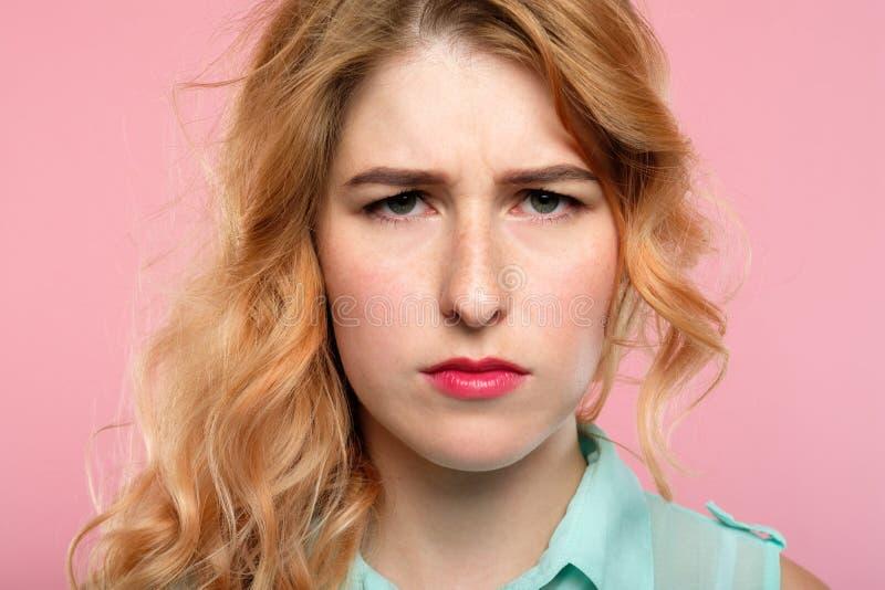 De ernstige ongerust gemaakte verontruste vrouw kijkt verzameld brow royalty-vrije stock foto's