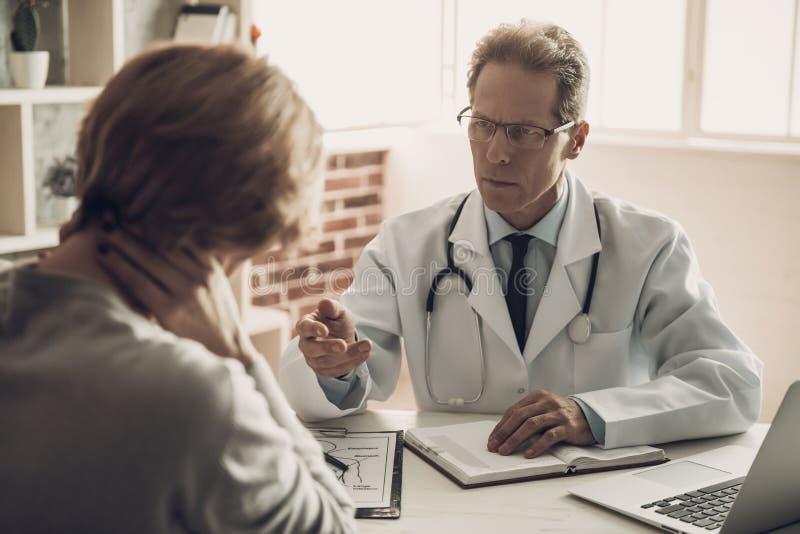 De ernstige Patiënt van Artsensaying diagnosis female stock foto