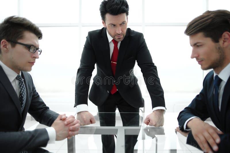 De ernstige werkgever houdt een werkende vergadering royalty-vrije stock afbeelding