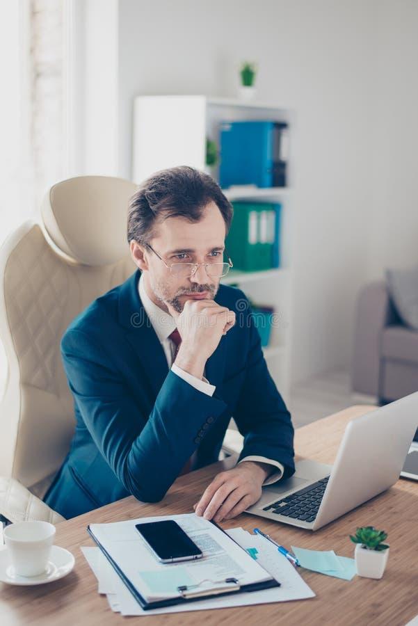 De ernstige zakenman is geconcentreerd op ideeën van bedrijf developm royalty-vrije stock afbeelding