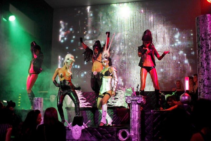 De erotische dansende uitvoerders in een club tonen royalty-vrije stock afbeelding