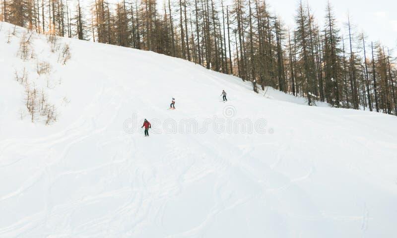 De esquiadores del piste cerca de Sauze D 'Oulx Piamonte Italia fotos de archivo libres de regalías