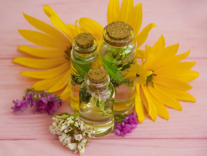 De essentieolie, de zorg bloemen aromatische wellness van het room kosmetische natuurlijke kruid bemerkte kuuroord ontspant op ee royalty-vrije stock foto