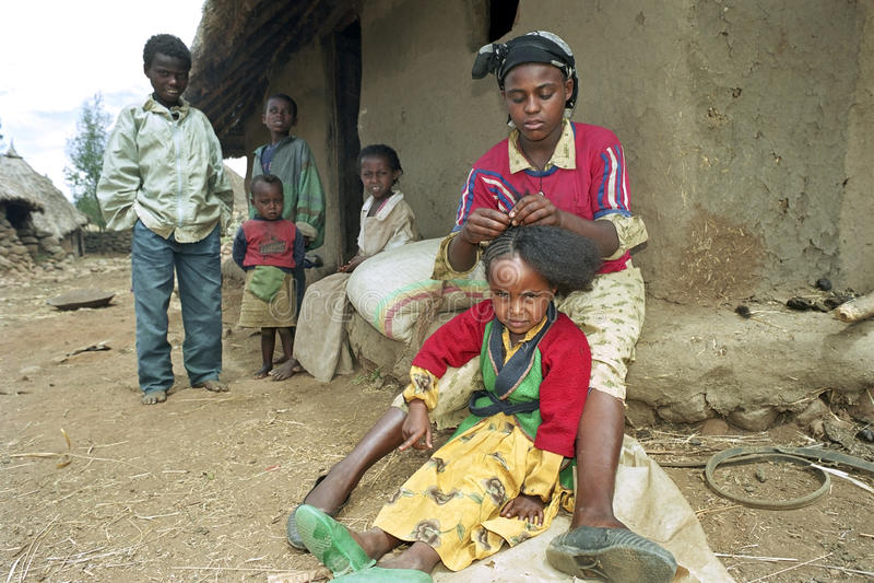 De Ethiopische tiener vlecht haar zustershaar stock foto's