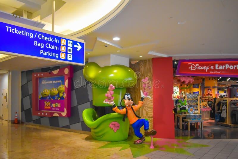 De etikettering en de Controle in informatie ondertekenen en Mal dicht bij Disney-Opslag in Orlando International Airport stock foto's