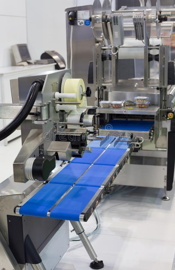 De etikettering van machine in voedselproductie stock fotografie