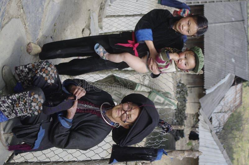 De etnische zwarte van Dao van de grootmoeder met kleine kinderen stock fotografie