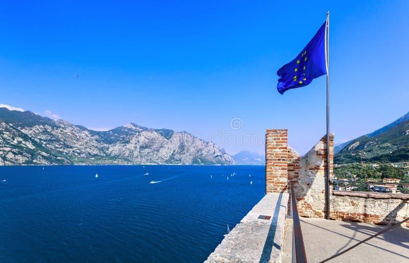 De EU-vlag op meer Garda royalty-vrije stock afbeeldingen