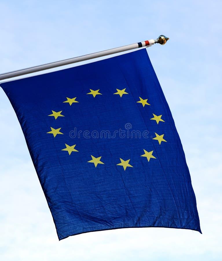 De EU-vlag tegen blauwe hemel royalty-vrije illustratie