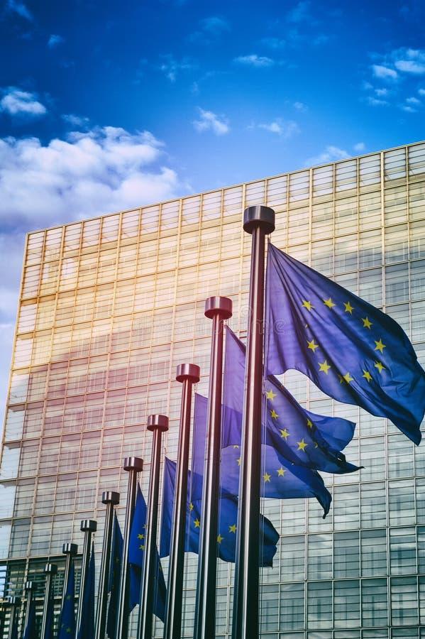 De EU-vlaggen voor de Europese Commissie in Brusse stock afbeelding