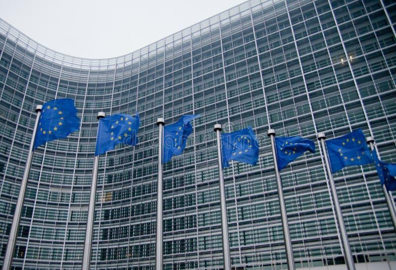 De Europese Commissie met de EU-vlaggen royalty-vrije stock afbeeldingen