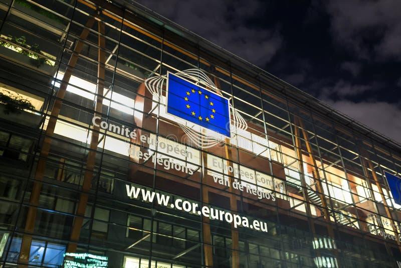 De Europese commissiebouw in Brussel België bij nacht stock foto