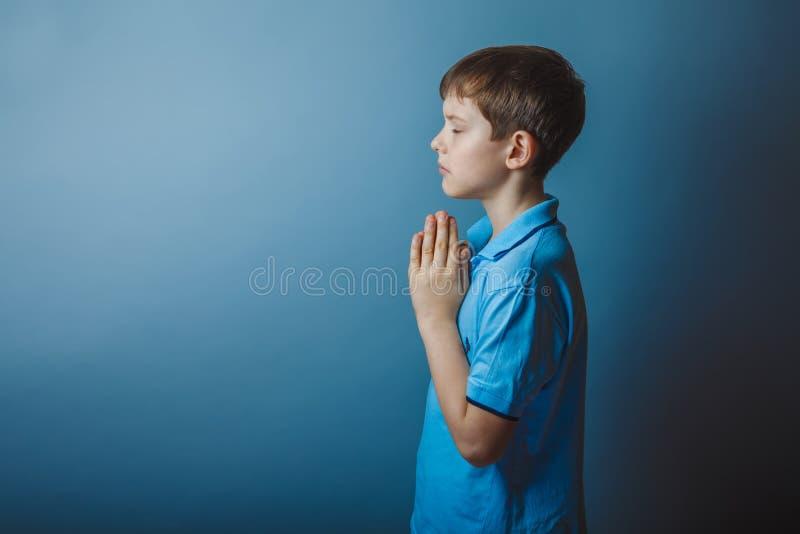 De Europese verschijning van de jongenstiener in een blauw overhemd stock foto