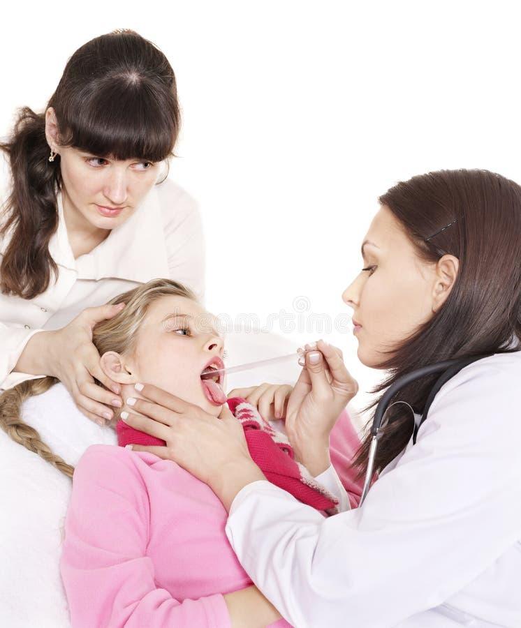 De examenskind van de arts met keelpijn. stock foto