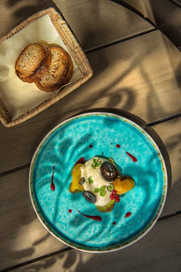 De exclusieve kaasmousse met gemarineerde okkernoten en gouden bieten diende op turkooise plaat, hoogste gastronomie royalty-vrije stock foto