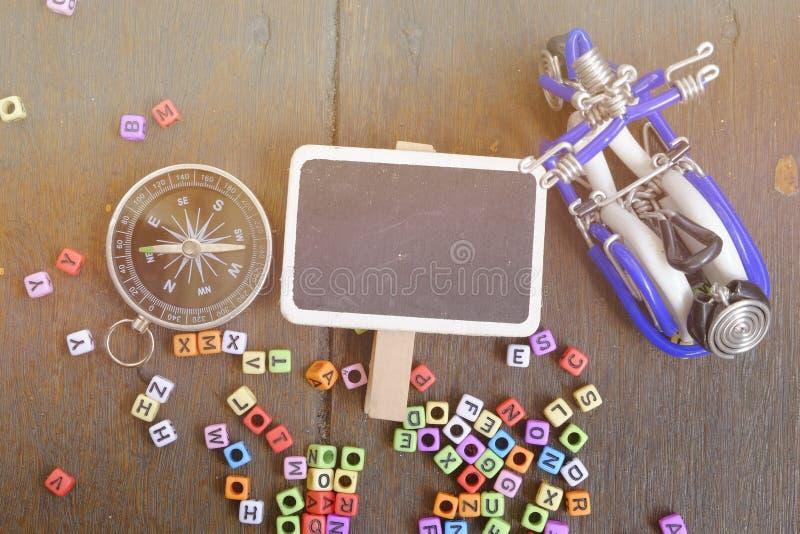 de exemplaarruimte van woordblok, kompas en handcrafted herinnering op houten achtergrond royalty-vrije stock afbeeldingen