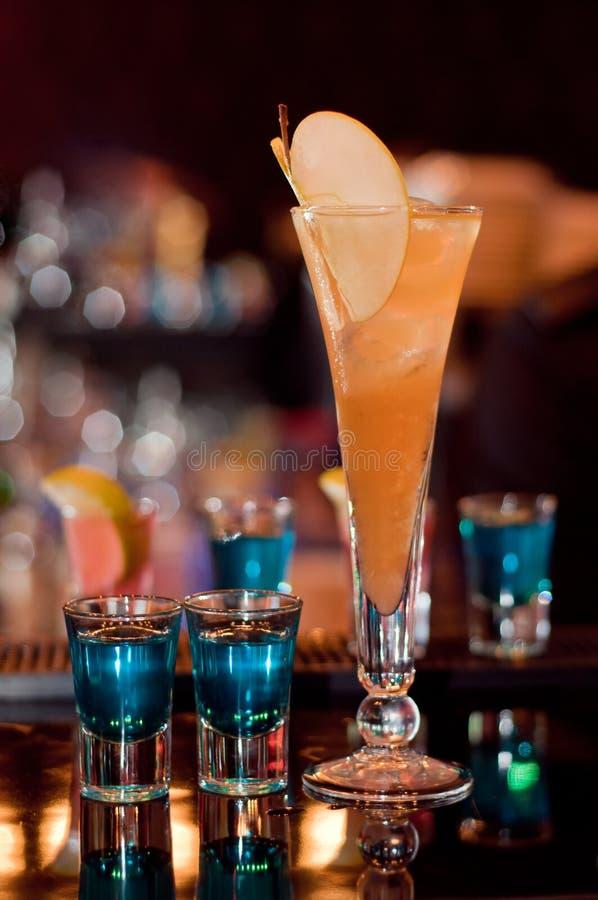 De Exotische cocktail van de appel stock foto's