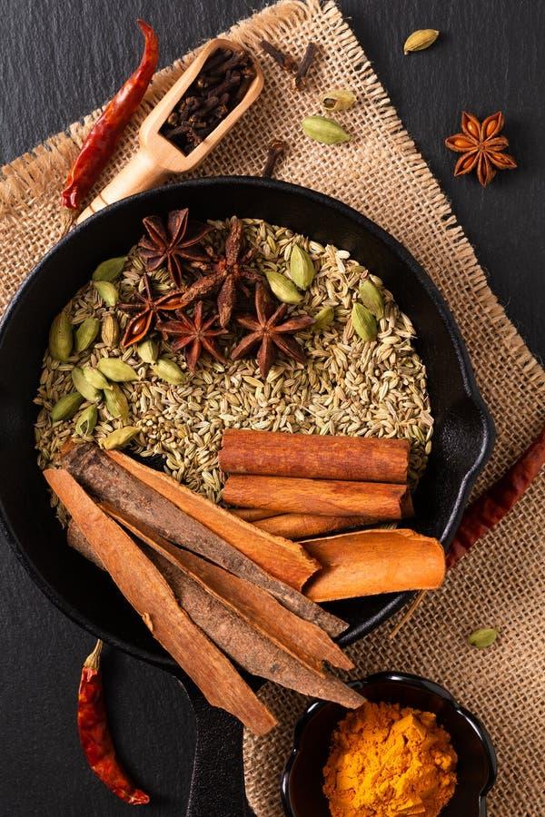 De exotische kruidenmengeling van het Voedselconcept van het organische Kruidenpijpje kaneel, de kardemompeulen, de kruidnagels,  stock foto