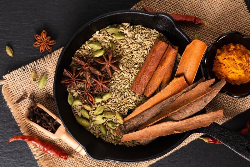 De exotische kruidenmengeling van het Voedselconcept van het organische Kruidenpijpje kaneel, de kardemompeulen, de kruidnagels,  stock afbeeldingen