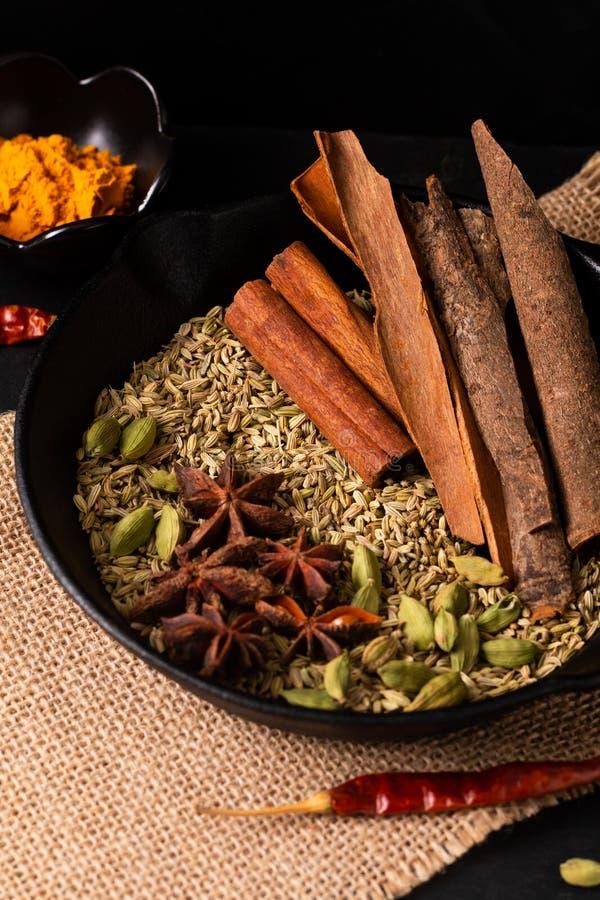 De exotische kruidenmengeling van het Voedselconcept van het organische Kruidenpijpje kaneel, de kardemompeulen, de kruidnagels,  royalty-vrije stock foto